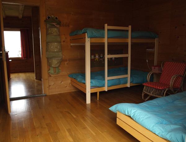 Stanza da letto a 3 letti singoli letto a castello e un letto singolo con ampio balcone - Letto castello 3 letti ...